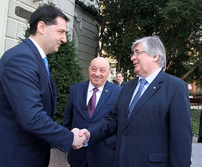 Кметът на Пловдив Иван Тотев /вляво/ посреща посланикът на Русия Анатолий Макаров, придружен от почетния консул Георги Гергов.