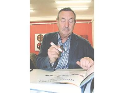 Барабанистът на  бандата Ник Мейсън раздава автографи върху книгата си Пинк Флойд отвътре в София през 2006-а. СНИМКА: БУЛФОТО