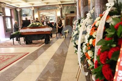 Много знаменитости от артистичния свят дойдоха да се сбогуват с оперната прима в Националната опера СНИМКИ: Благой Кирилов СНИМКА: 24 часа