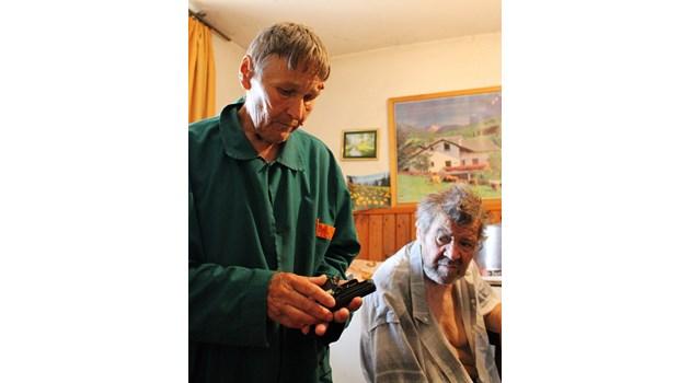 Бабата, която ходи въоръжена за пенсия: Слагам пистолета под възглавницата и спя спокойно