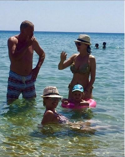 Илияна Раева на море в Халкидики със семейството си