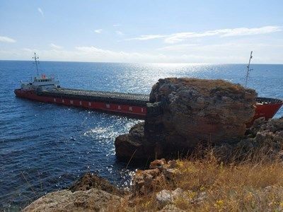 Плаващ кран ще спасява заседналия край Яйлата кораб