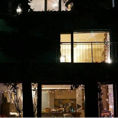 Снимката, която Лиза Боева публикува в социалната мрежа. На нея се виждат коледните светлини.  СНИМКА: ОФИЦИАЛЕН ИНСТАГРАМ ПРОФИЛ НА ЛИЗА БОЕВА
