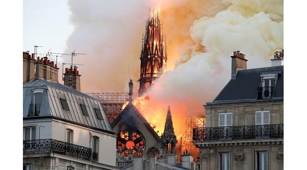 """Кулата стрела на """"Нотр Дам"""" рухна от пламъците. Част от горящия покрив също се срути (Обновена)"""