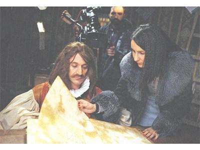 Режисьорката Милена Калева показва златната книга на Деян Донков. СНИМКА: ЛИЧЕН АРХИВ