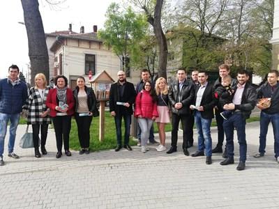 Младежи и депутати от ГЕРБ оставиха книжки в библиотеките на открито.