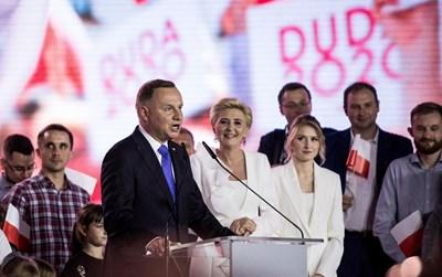 Анджей Дуда благодари за доверието в компанията на съпругата си Агата и дъщеря им Кинга (вдясно). СНИМКА: РОЙТЕРС