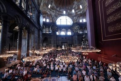 "Турци се молят в ""Света София"" на Курбан Байрама. СНИМКА: РОЙТЕРС"