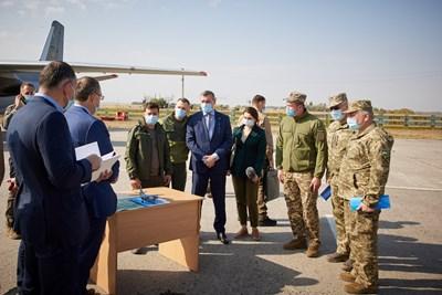 Зеленски пристигна днес на мястото на катастрофата СНИМКА: Ройтерс