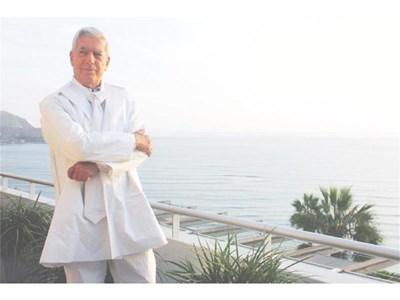 Писателят участва в рекламна кампания за дрехи и вратовръзки от рециклирана хартия през 2009 г. в Лима. СНИМКИ: РОЙТЕРС