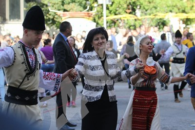 Цвета Караянчева се хвана на хорото заедно със студенти. Снимки: Благой Кирилов СНИМКА: 24 часа