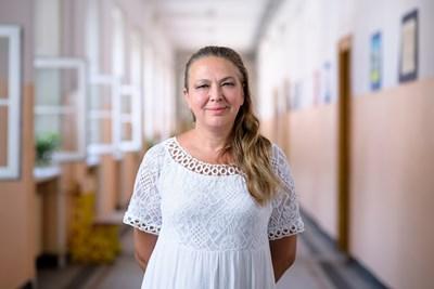 """Искра Георгиева е учител по информационни технологии от Първо средно училище """"Пенчо Славейков"""", София. От 20 години преподава на своите ученици най-важния урок - да вярват в своите способности."""
