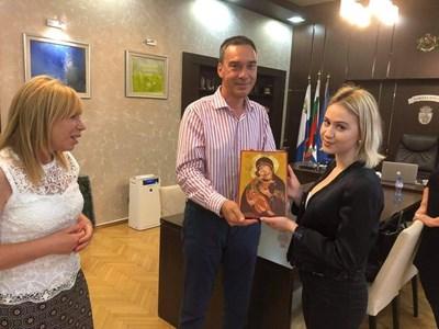 Мария Бакалова получи икона на Света Богородица от кмета Димитър Николов. С тях по време на срещата бе и зам.кметът по култура, туризъм и спорт Диана Саватева.