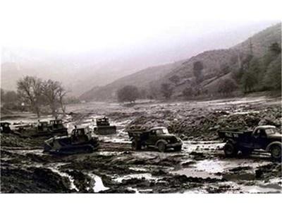 Булдозери и камиони вървят по затлаченото корито на р. Лева през май 1966 г. След триметровата кална вълна са останали тежки разрушения, които доброволци разчистват. СНИМКИ: АРХИВ