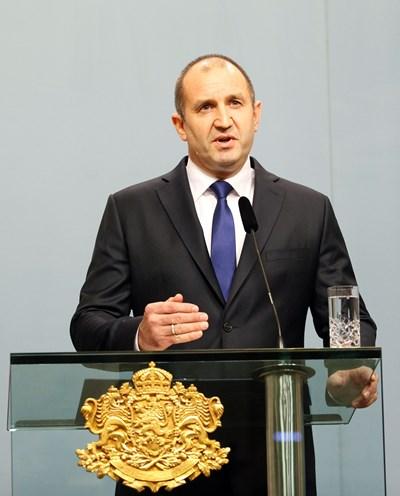 Президентът Радев произнася обръщението си пред погледите на десетки журналисти СНИМКА: Йордан Симеонов