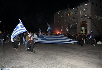 Първите протестиращи от Крит пристигнаха с гръцки знамена. СНИМКИ: Intimenews