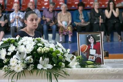 Теодора - дъщерята на великата баскетболистка Пенка Стоянова, по време на поклонението в Пловдив. СНИМКА: ЕВГЕНИ ЦВЕТКОВ