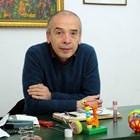Доц. Атанас Мангъров е инфекционист и шеф на COVID клиниката към Инфекциозна болница. В началото на ноември заедно с други лекари, критици на въведените от правителството и щаба мерки срещу коронавируса, създадоха Български алианс на лекари.