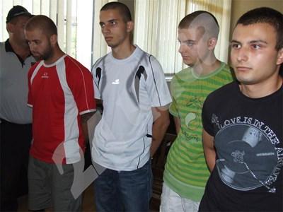 """Четиримата младежи, обвинени за взрива пред """"Евророма"""" в Сандански остават в ареста. СНИМКА: 24 часа"""