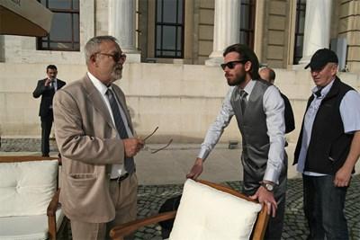 """Явор (вдясно) е в сцена с Мехмет Юлай, докато двамата снимат в Турция  """"Под прикритие""""."""