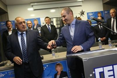 Цветанов получава поредния часовник от Борисов след съкрушителната победа на ГЕРБ на местните избори. СНИМКА: Николай Литов