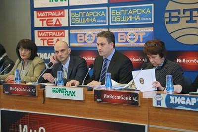 Шефът на Комисията за отнемане на незаконно придобито имущество Пламен Георгиев (в средата) обясни подробно как Цветан Василев е източил КТБ. СНИМКА: Надежда Гърбова