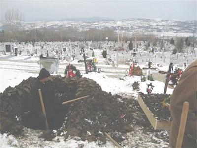 Гробари от Дупница първи попаднали на останки от разкъсаното тяло.  СНИМКА: АВТОРЪТ