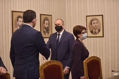 Румен Радев поздравява Даниел Митов, който е предложението на ГЕРБ за премиер. СНИМКИ: ЙОРДАН СИМЕОНОВ И ВЕЛИСЛАВ НИКОЛОВ