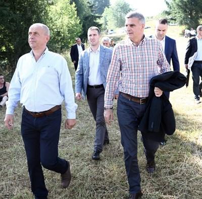Стефан Янев дойде на откриването на 18-ото гайдарско надсвирване в рамките на Илинденския събор в село Гела. Снимка правителствена пресслужба