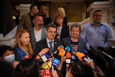 Пламен Николов и Тошко Йорданов говорят пред журналисти след срещите за правителство Снимки: Велислав Николов