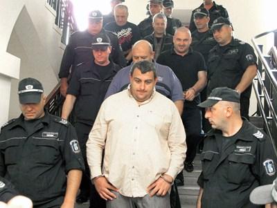 Полицаи конвоират групата в съда. На преден план - Петър Сумиста
