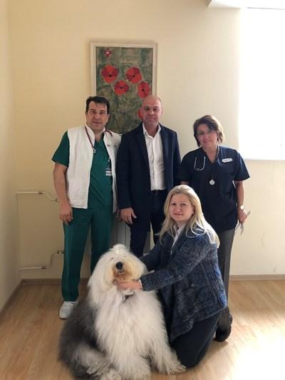 """Кметът на """"Тракия"""" Костадин Димитров / в средата/  и кучето Мон посетиха детската клиника в Пловдив."""