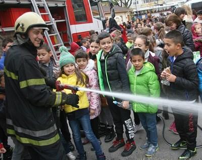 Огнеборци демонстрират как се гаси с пожарникарски маркуч. Снимка:Архив