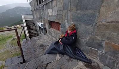 Кадър от видеото, което Мира Добрева споделя в профила си във фейсбук. На него се вижда как журналистката седи отвън пред хижата, прегърнала малкото си кученце. СНИМКА: Личен фейсбук профил