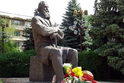 Паметникът на Димитър Благоев-Дядото в Благоевград