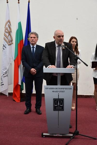 Зам.-главният прокурор Иван Гешев и кметът на Благоевград Атанас Камбитов поздравиха абсолвентите.