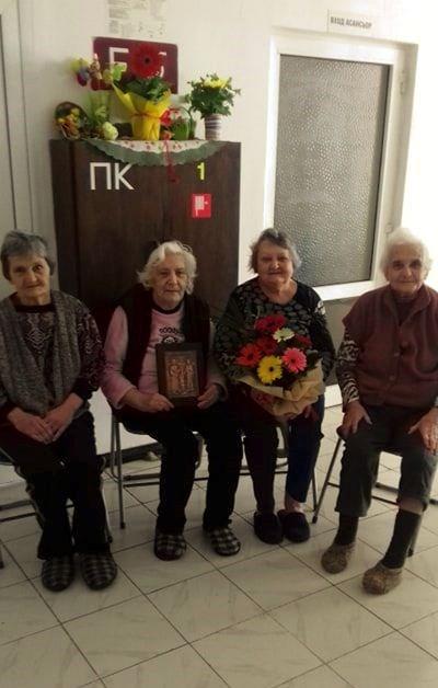 Бабите Маринка, Денка, Янка и Розка често се събират на раздумка