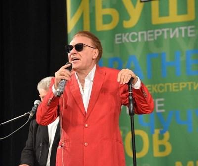 Въпреки болката в коленете, Васил Найденов изпълни ангажимента си и пя около час и 40 минути в Казанлък. Снимка: Миран Маденджиян