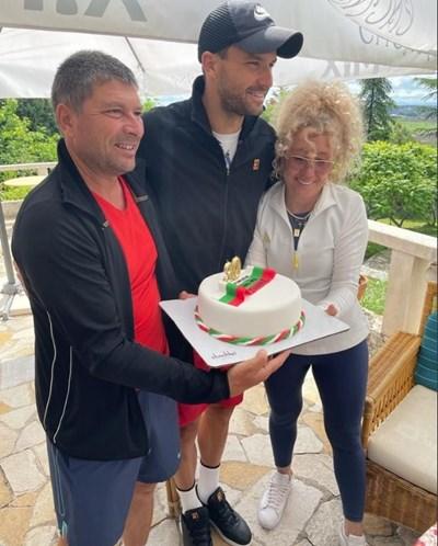 """Торта с цветовете на трибагреника получи за рождения си ден вчера Григор Димитров. Той празнува в компанията на родителите си и на приятелката си в Хасково. СНИМКА: ФЕЙСБУК ГРУПА НА """"ТЕНИС КАФЕ"""""""