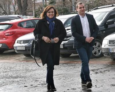 Корнелия Нинова бе посрещната в Пловдив от бившия общински съветник Иван Петков-Бебето, организатор на дискусията СНИМКА: Евгени Цветков