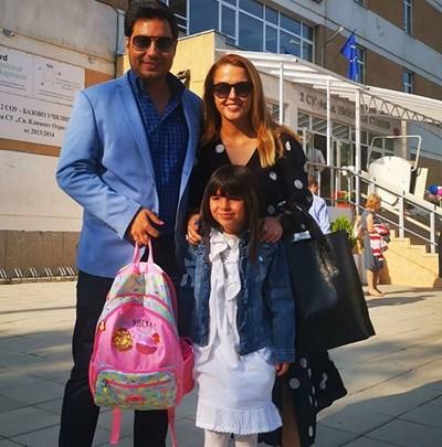 Светослав Иванов със съпругата си Вяра и дъщеря им Йоана, която е първокласничка.