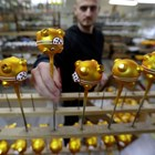 Чешкото златно прасенце се сдоби с медицинска маска (Снимки)