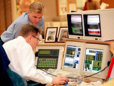 Финландци работят в компютризирания си офис. Родината им вероятно ще е сред първите държави, които ще намалят работната седмица и ще въведат масово базисен доход за жителите си. СНИМКА: РОЙТЕРС
