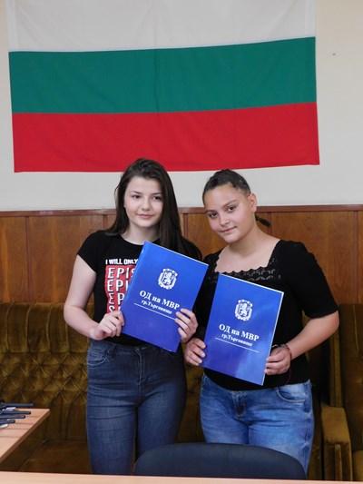 Виктория Борисова /вляво/ и Татяна Стоянова получиха благодарствени грамоти от МВР за доблестната си постъпка. СНИМКА: МВР