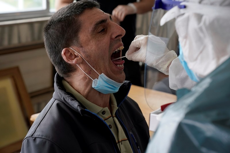 Тестовете, при които се взема секрет от носа и гърлото, дават по-сигурни резултати.