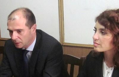 Калина Чапкънова, шеф на Окръжна прокуратура и Калоян Калоянов, директор на ОДМВР-Бургас съобщиха на извънреден брифинг в събота как е разкрито убийството. Снимка: Елена Фотева