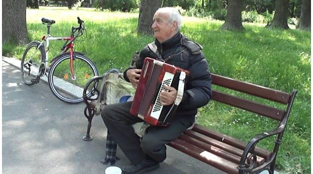 Историята на самотния акордеонист от призрачния и празен Кюстендил