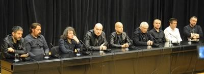 """Слави Трифонов и екипът на """"Шоуто на Слави"""" на пресконференцията във вторник, след като Би Ти Ви спря излъчването на предаването в понеделник. СНИМКА: Алексей Димитров"""