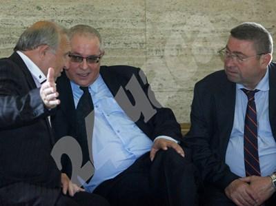Петко Митевски (в средата) разговаря с адвоката си Георги Варамезов (вдясно). СНИМКА: 24 часа