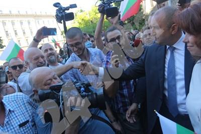 Велислав Минеков от Отровното трио и президентът Румен Радев усмихнати си стискат ръцете на 7 юли